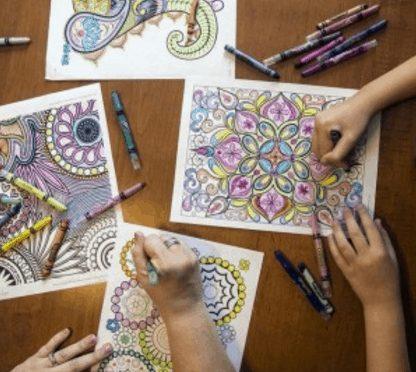 ¿Qué llevas en tu maletín? Bolígrafos, propuestas y libros de colorear para adultos